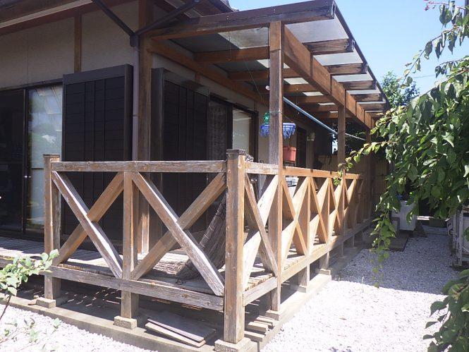 屋根は日本瓦で、外壁はリシン壁でした。シーリングが切れ、外壁の防水機能も低下している状況でした。また、木部の腐食等が見られました。